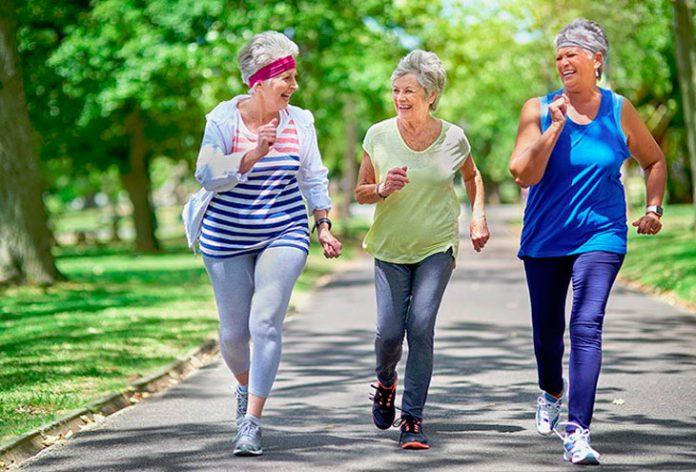 Gente mayor haciendo ejercicio