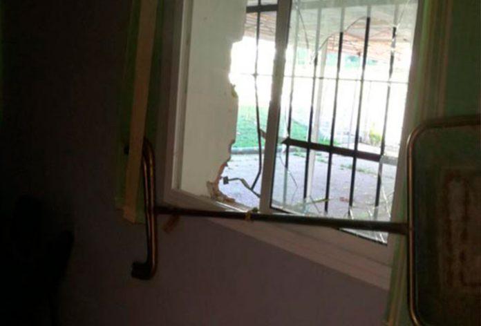 Las oficinas del centro asociativo 'Villa de Los Barrios' tras el saqueo