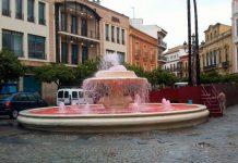Fotografía de la fuente con el agua teñida de rojo