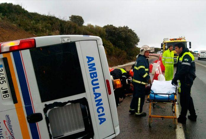 Ambulancia volcada en Tarifa