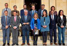 El vicepresidente Manuel Jiménez Barrios junto a los regidores de los ocho municipios mayores de 50.000 habitantes de Cádiz.
